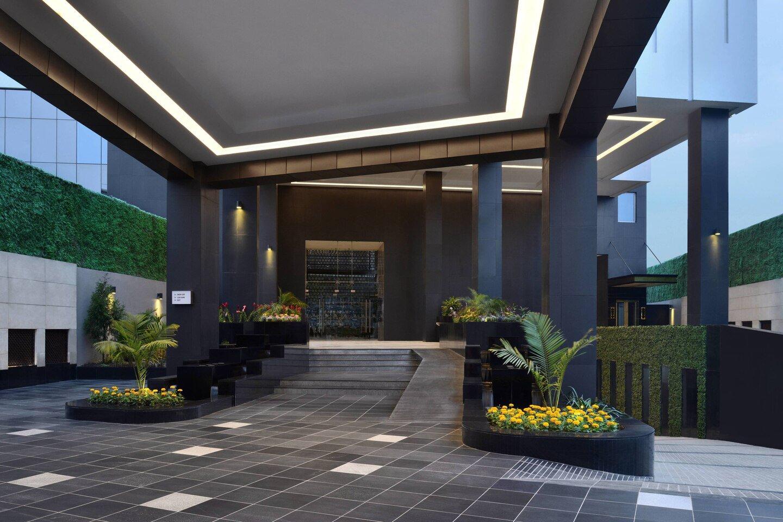 main-porch of marriott-hotel