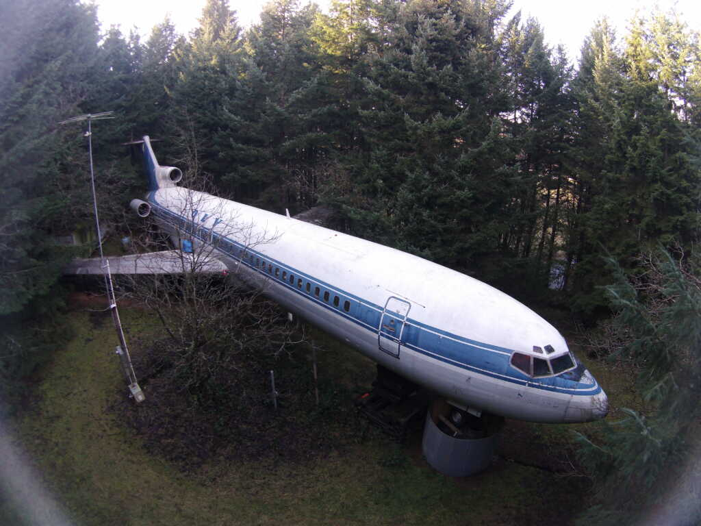 man uses boeing 727 as a home